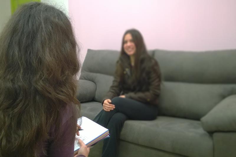 Psicólogo en sesión de psicoterapia en Castilleja de la Cuesta - Consulta